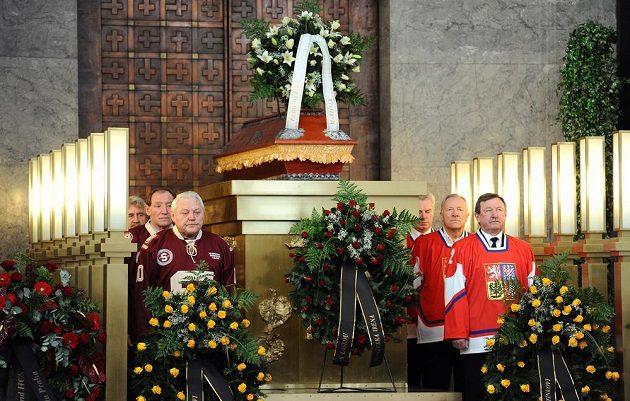 Čestnou stráž u rakve Karla Guta drželi bývalí spoluhráči ze Sparty i reprezentace. Na snímku vlevo vpředu Jan Havel, vpravo Vladimír Martinec.