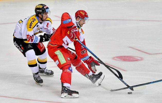 Střelec vítězného gólu Martin Hanzl (vlevo) z Litvínova v souboji s Janem Buchtelem ze Sparty.