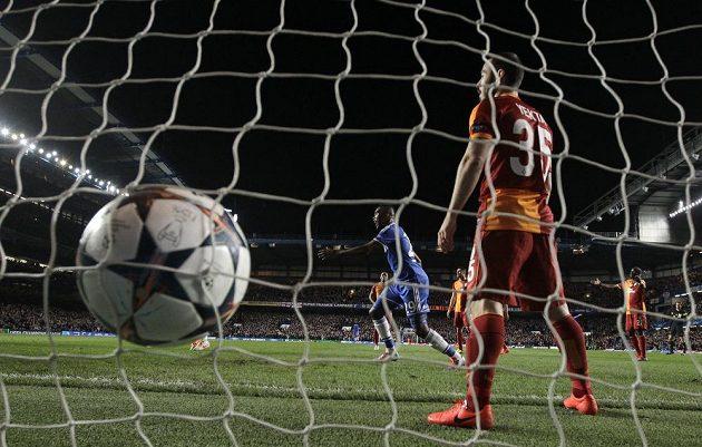 Obránce Galatasaraye Yekta Kurtulus se marně snažil na stadiónu Chelsea zabránit gólu v brance svého týmu.