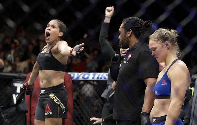 Brazilská šampiónka Amanda Nuněsová jásá po vyhlášení výsledku zápasu, Ronda Rouseyová přijímala verdikt se sklopenou hlavou.