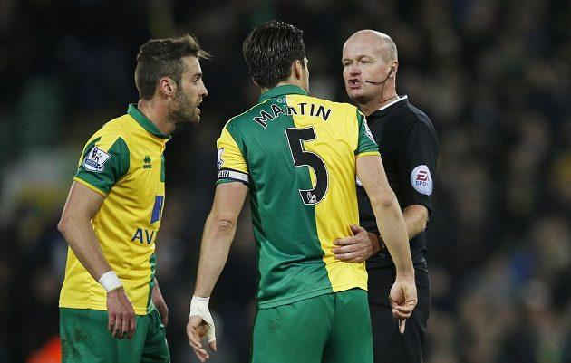 Russell Martin a Ivo Pinto z Norwiche v konverzaci s rozhodčím Leem Masonem.