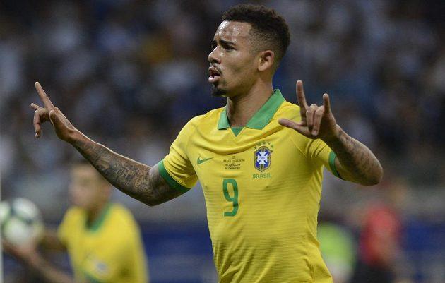 Brazilský fotbalista Gabriel Jesus slaví poté, co vstřelil gól do sítě rivala z Argentiny.