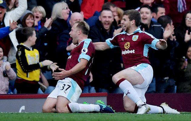 Scott Arfield z Burnley (vlevo) oslavuje gól proti Evertonu společně s Jonem Flanaganem.