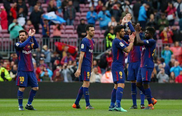 Fotbalisté Barcelony oslavují výhru nad Valencií ve španělské lize.