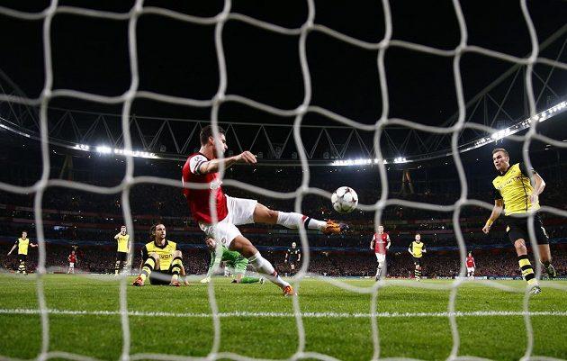 Olivier Giroud z Arsenalu střílí vyrovnávací gól na 1:1 v utkání LM s Dortmundem.