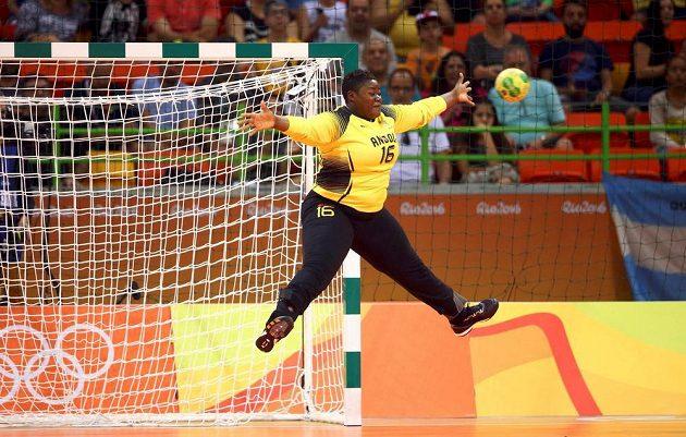 Když nastoupí metráček... Angolská házenkářská brankářka Teresa Almeidová. Je to poněkud netaktní, ale připomeňme parametry: 170 cm, 98 kg. Afričanky skončily osmé.