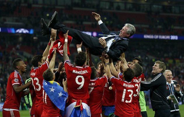 Fotbalisté Bayernu vyhazuj na oslavu triumfu v Lize mistrů kouče Heynckese.