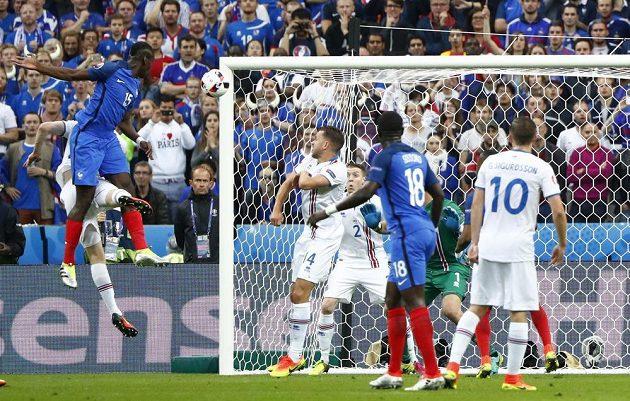 Paul Pogba (ve výskoku vlevo) střílí hlavou druhý gól Francie ve čtvrtfinále ME proti Islandu.