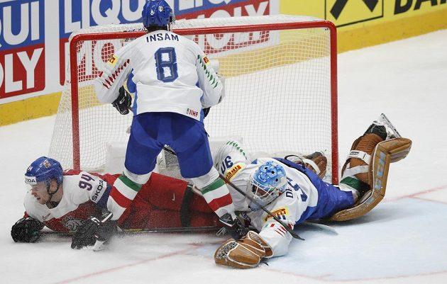 Hokej je boj. Marco de Filippo Roia, Marco Insam z Itálie a Radek Faksa.