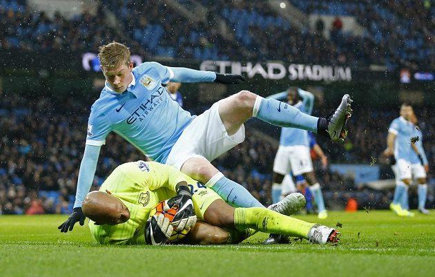 Kevin De Bruyne z Manchesteru City atakuje brankáře Evertonu Tima Howarda.