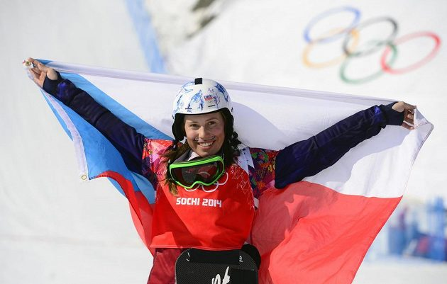 Zlatá snowboardistka Eva Samková slaví s českou vlajkou.