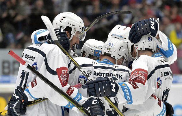 Hráči Plzně se radují z prvního gólu proti Třinci