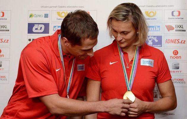 Oštěpaři Vítězslav Veselý a Barbora Špotáková si prohlížejí medaile z atletického mistrovství Evropy v Curychu.