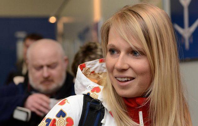 Biatlonistka Eva Puskarčíková před odletem do Soči na Zimní olympijské hry dne 30. ledna 2014 na kbelském letišti.