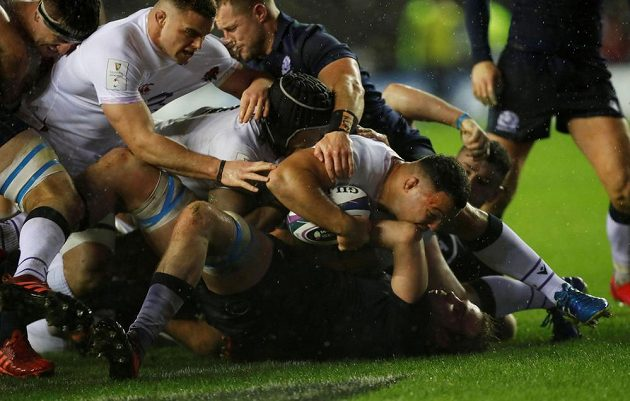 Angličan Ellis Genge skóruje proti Skotsku.