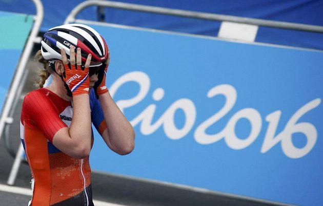 Nizozemak Anna van der Breggenová se raduje z vítězství v olympijském závodě.