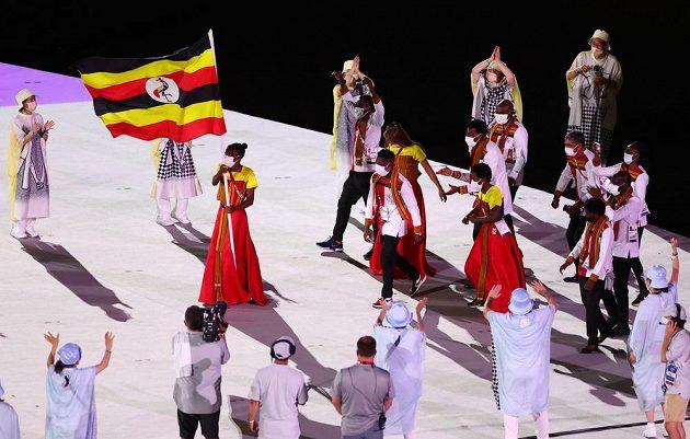 Ugandská výprava nastupuje na Olympijský stadion během zahajovacího ceremoniálu LOH 2021 v Tokiu.