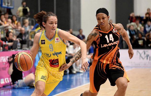 Laia Palauaová z USK Praha (vlevo) a Deanna Nolanová z Jekatěrinburgu.