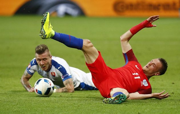 Kanonýr anglického výběru Jamie Vardy (vpravo) se po zákroku Juraje Kucky ocitl na trávníku.