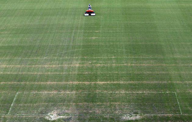 Tráva pro okresní přebor? Chyba lávky, takhle vypadala plocha stadiónu v Manausu den před startem MS.