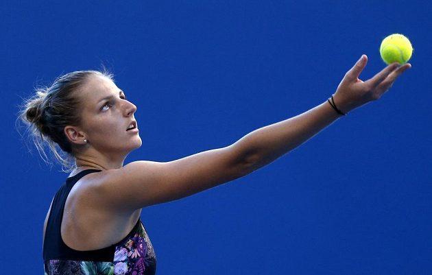 Kristýna Plíšková podává v souboji s Monicou Puigovou.