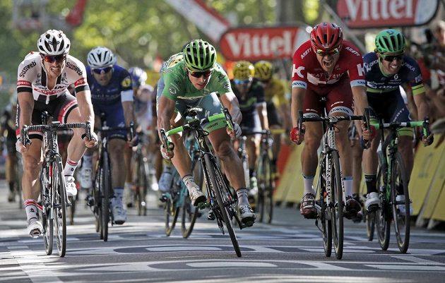 Slovenský cyklista Peter Sagan (uprostřed) si jede pro letošní třetí etapový triumf na Tour de France v Bernu.