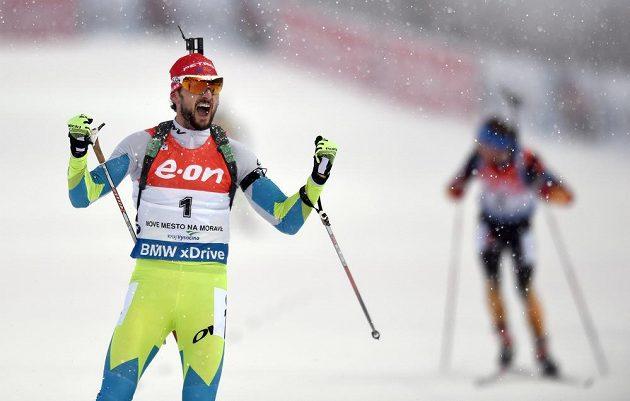 Jakov Fak ze Slovinska oslavuje vítězství ve stíhacím závodu při SP v Novém Městě na Moravě.