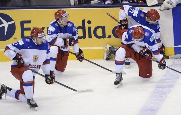 Ruští hokejisté vstřebávají porážku od Kanady ve finále MS do 20 let.