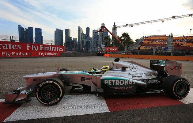 Pilot Mercedesu Lewis Hamilton při prvním tréninku na Grand Prix Singapuru.