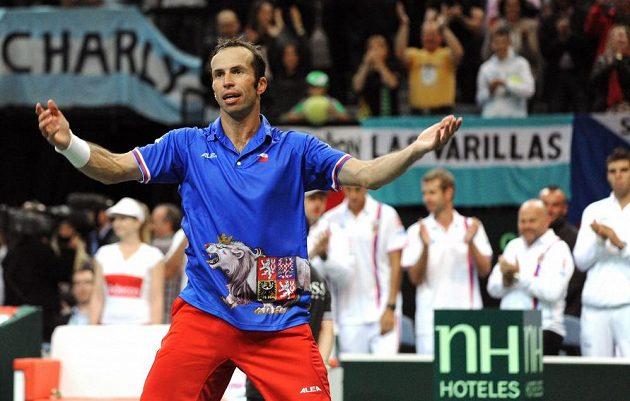 Radek Štěpánek se raduje z výhry nad Mónakem v úvodním semifinálovém duelu Davisova poháru.