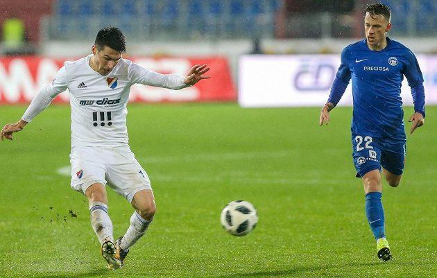Robert Hrubý z Baníku a Jan Sýkora z Liberce v akci během utkání nejvyšší fotbalové soutěže.