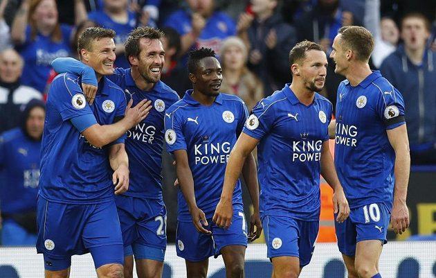 Fotbalisté Leicesteru se radují z gólu proti Crystal Palace.