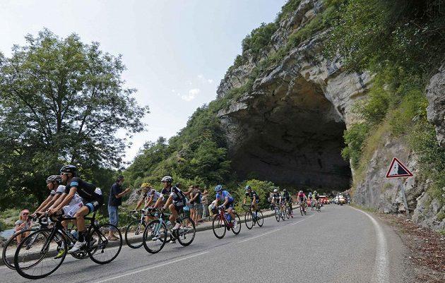 Cyklisté na trati 16. etapy Tour de France s cílem v Bagneres-de-Luchon.
