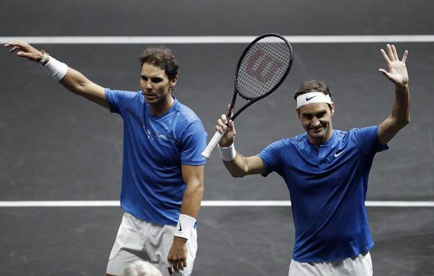 Švýcar Roger Federer (vpravo) a Španěl Rafael Nadal z týmu Evropy po utkání s Američany Samem Querreym a Jackem Sockem z výběru světa.