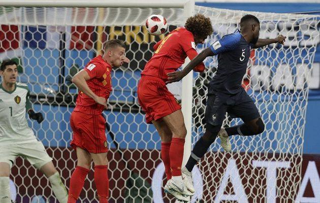 Francouzský zadák Samuel Umtiti (zcela vpravo) přeskočil všechny belgické soupeře a hlavou otevřel skóre semifinálového duelu.