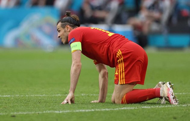 Gareth Bale na kolenou. Do čtvrtfinále postupuje Dánsko