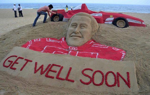 Michaelu Schumacherovi přejí brzké zotavení i na pláži v daleké Indii.