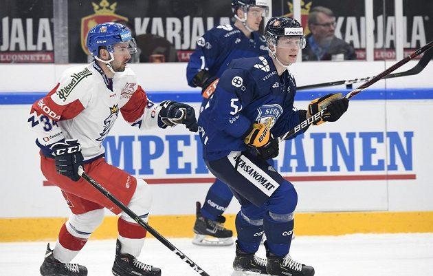 Český hokejista Ondřej Roman v akci během utkání Channel One Cupu proti Finsku. V dresu Suomi Otto Leskinen.
