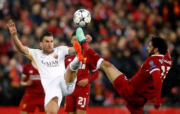 Kevin Strootman (vlevo) z AS Řím v souboji s kanonýrem Liverpoolu Mohamedem Salahem.