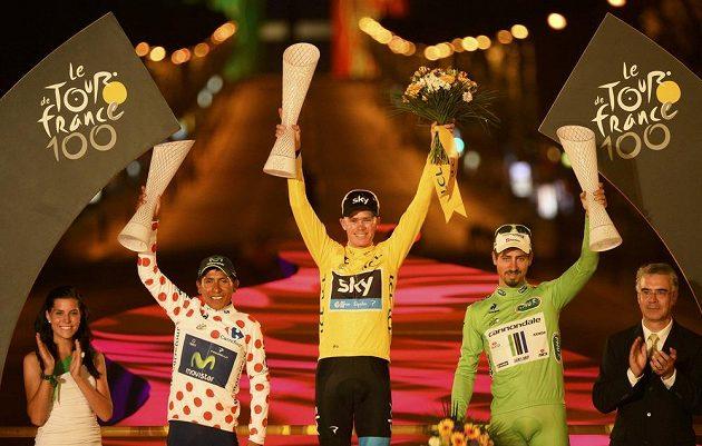 Celkový vítěz Christopher Froome (uprostřed), nejlepší vrchař Nairo Alexander Quintana z Kolumbie (vlevo) a nejlepší sprinter Peter Sagan ze Slovenska.