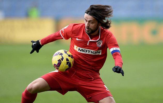 Pavel Zavadil z Brna zpracovává míč během zápasu v v Liberci.