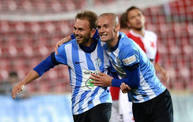 Hráči Mladé Boleslavi Jan Štohanzl (vlevo) a Martin Nešpor slaví gól na Slavii.