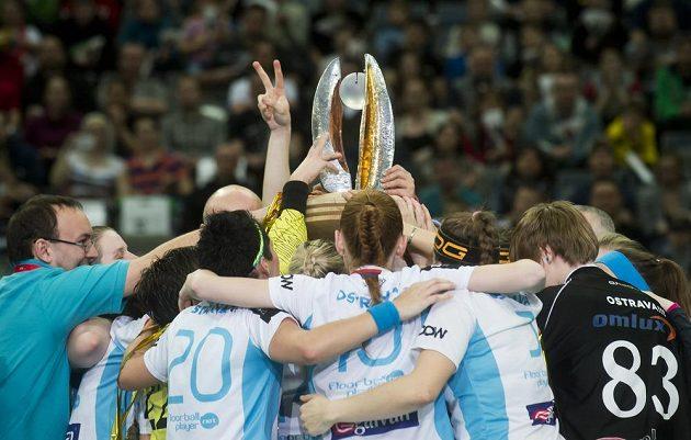 Florbalistky Vítkovic oslavují v pražské O2 areně zisk mistrovského titulu.