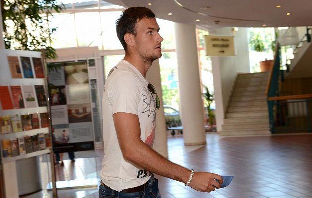 Útočník Michael Rabušic přichází na sraz české fotbalové reprezentace před přátelským utkáním s Maďarskem v NH Hotelu v Praze.