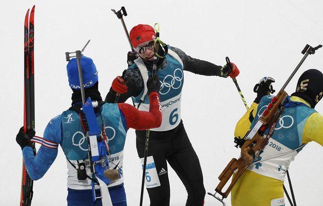 Tři nejlepší v olympijské stíhačce. První Martin Fourcade, druhý dojel senzačně Švéd Sebastian Samuelsson, třetí místo obsadil Němec Benedikt Doll.