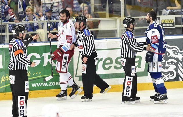 Hlavní rozhodčí Pavel Hodek posílá na trestnou lavici Tomáše Linharta z Třince (druhý zleva) a kapitána Brna Leoše Čermáka.