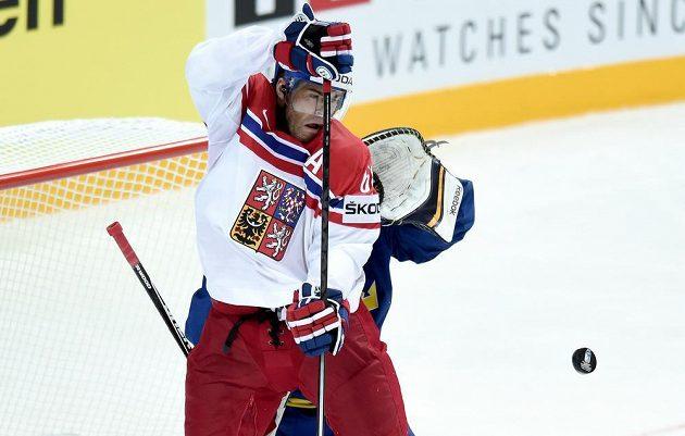 Jaromír Jágr tečuje puk před švédským brankářem Jhonasem Enrothem během utkání hokejového MS v Praze.