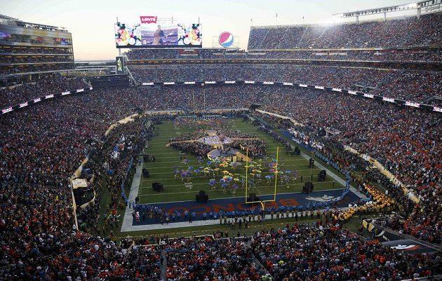 Celkový pohled na přestávkovou show při finále NFL v Santa Claře mezi Denverem a Carolinou.