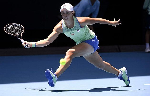 Australanka Ashleigh Bartyová vrací míč proti Petře Kvitové.