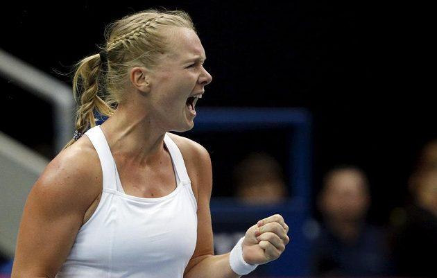 Nizozemka Kiki Bertensová slaví v Moskvě překvapivé vítězství nad Ruskou Jekatěrinou Makarovovou.